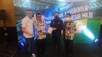 Sesi konferensi pers acara sosialisasi Inpres No. 3 tahun 2019 oleh Menpora Zainudin Amali dan waketum PSSI Iwan Budianto, di Royal Ambarukmo Hotel, Yogyakarta, Jumat (11/6/2021) malam. (Bola.com/Vincentius Atmaja)