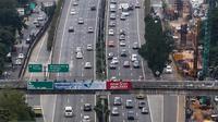 Untuk mengantisipasi kemacetan panjang, Jasa Marga akan mengoperasikan 21 gardu tol agar tidak terjadi penumpukan dan antrian yang mengular, Jakarta, Minggu (27/3/2016). (Liputan6.com/Fery Pradolo)