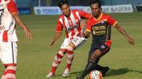 Qischil Gandrumini susah payah untuk mengalahkan Kalteng Putra dengan skor 1-0 di Stadion A. Yani Sumenep, Sabtu (15/10/2016). (Bola.com/Robby Firly)