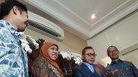 Pasangan Khofifah Indar Parawansa-Emil Elestianto Dardak mendatangi rumah Ketua Umum PAN Zulkifli Hasan (Merdeka.com/ Hari Ariyanti)