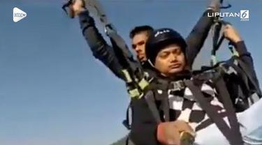 Kejadian mengerikan dialami turis yang sedang bermain paralayang di India. Tali parasutnya putus saat masih melayang di udara bersama instrukturnya.