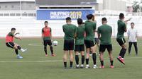 Timnas Indonesia U-22 saat latihan di Stadion Rizal Memorial, Senin pagi (25/11/2019). (Bola.com/M. Iqbal Ichsan)