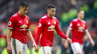 Penyerang Manchester United, Alexis Sanchez (kiri) tertunduk lesu usai pertandingan melawan West Bromwich Albion di Old Trafford, Inggris (15/4). MU kalah 0-1 atas West Bromwich Albion. (Nick Potts/PA via AP)