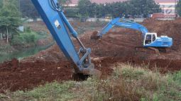 Alat berat mengeruk tanah di lokasi pembangunan Waduk Rambutan, Jakarta Timur, Rabu (24/10). Keberadaan waduk tersebut nantinya diharapkan bisa menahan luapan kali saat mendapat banjir kiriman. (Liputan6.com/Immanuel Antonius)
