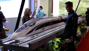 Pengunjung melihat miniatur kereta cepat di pameran Indonesia Business and Development Expo (IBD Expo) di Jakarta, Rabu (20/9). Pameran IBD Expo berlangsung dari 20-23 September 2017. (Liputan6.com/Angga Yuniar)