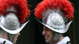 Dua Pasukan Pengawal Swiss bersiap mengikuti upacara tahunan di Kota Vatikan (6/5). Pasukan Swiss ini terkenal memiliki tradisi kemiliteran yang kuat dan loyalitas yang tinggi. (AFP/Filippo Monteforte)