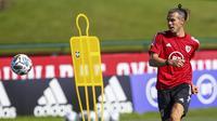 Pemain Timnas Wales, Gareth Bale, saat mengikuti latihan jelang laga UEFA Nations League di Hensol, South Wales, Senin (31/8/2020). Wales akan berhadapan dengan Finlandia. (AFP/Geoff Caddick)