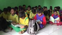 Sekolahnya ambruk, Siswa SDN Karawang Kulon 3, Kelurahan Karawang Kulon, Kecamatan Karawang Barat, Karawang, terpaksa belajar di musala. (Liputan6.com/ Abramena)