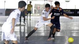 Pemain Swadharma FC berebut bola dengan pemain Alaska FF pada Super Soccer Futsal Battle di Lapangan Blok S, Jakarta, Sabtu (15/9/2018). Sebanyak 32 tim yang berlaga merupakan tim yang lolos dari babak eliminasi. (Bola.com/M Iqbal Ichsan)