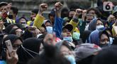 Mahasiswa dari berbagai kampus melakukan aksi unjuk rasa di sekitar kawasan Patung Kuda, Jalan Medan Merdeka Barat, Jakarta, Selasa (20/10/2020). Dalam aksinya, ratusan mahasiswa meminta pemerintah membatalkan pengesahan Omnibus Law UU Cipta Kerja. (Liputan6.com/Helmi Fithriansyah)