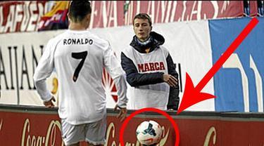 Video aksi jahil para anak gawang saat memberi bola ke pemain sepak bola, salah satunya saat anak gawang melempar ke Cristiano Ronaldo.