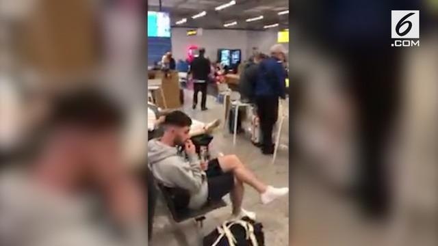 Seluruh penumpang pesawat Ryanair yang akan berangkat ke Skotlandia dievakuasi lantaran ditemukannya surat ancaman bom.