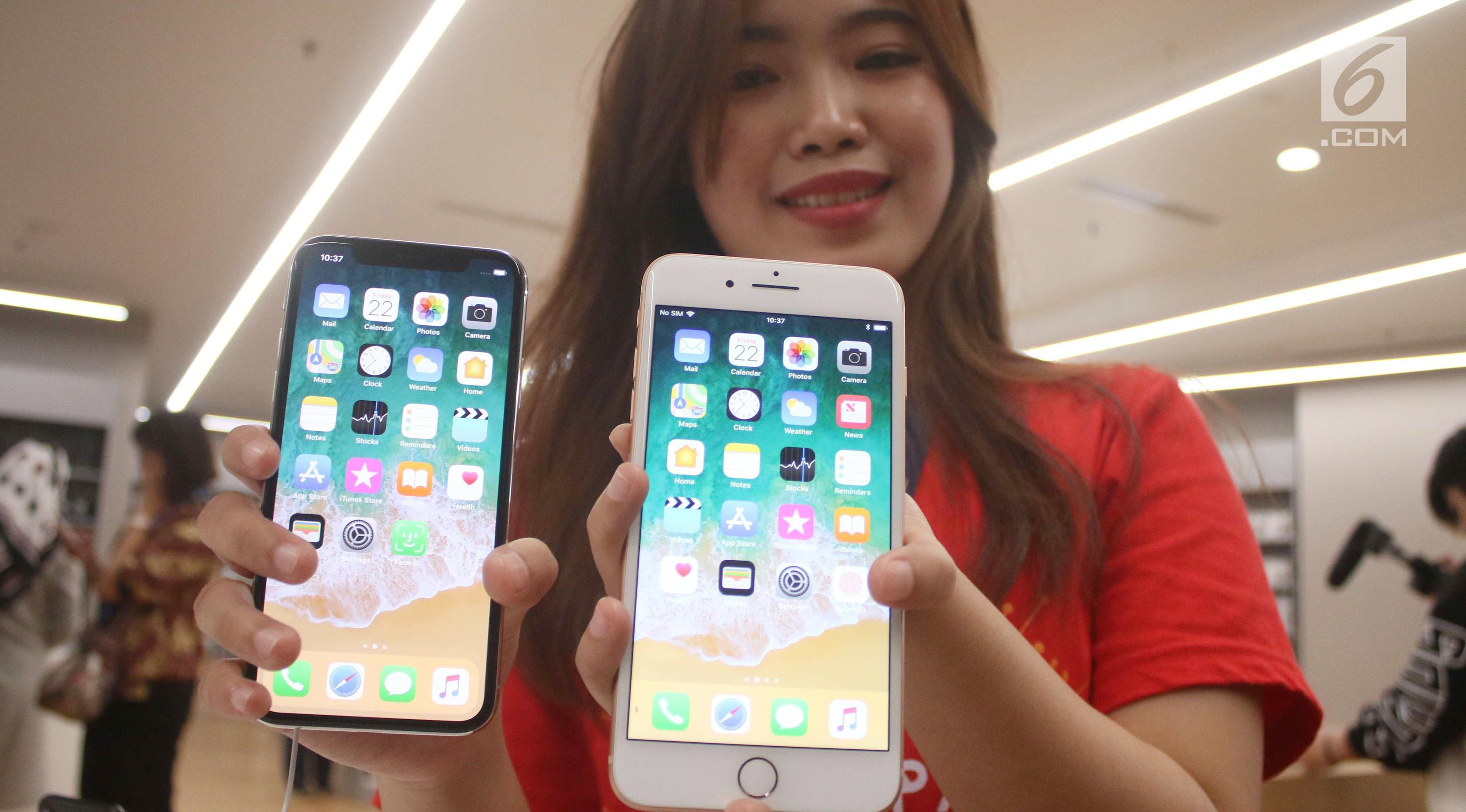 Karyawan menunjukkan iPhone X dan iPhone 8 pada penjualan perdana di gerai iBox, Central Park, Jakarta, Jumat (22/12). Calon pembeli rela antre untuk membeli iPhone terbaru sejak pagi hari. (Liputan6.com/Angga Yuniar)