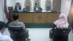 Kuasa hukum penyanyi Opick, Ismar Syafruddin (kiri) dan kuasa hukum Dian Rositaningrum, Ina Rachman (kanan) mendengarkan penjelasan hakim saat menghadiri sidang putusan cerai di Pengadilan Agama Jakarta Timur, Selasa (10/7). (Liputan6.com/Faizal Fanani)