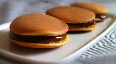 Dorayaki merupakan kue favorit doraemon yang merupakan kue tradisional khas jepang. Kue ini biasanya tengahnya berisi selai kacang merah, cokelat, atau matcha. Tekstur lembut dan rasanya yang manis membuat kue ini banyak digemari. (Istimewa)
