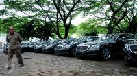 Petugas melihat kondisi Mercedes Benz di Parkir Timur Senayan Jakarta, Selasa (1/3/2016). 35 unit Mercedes Benz type E250 dan 21 unit BMW seri 520d disiapkan sebagai kendaraan delegasi KTT Luar Biasa OKI, 6-7 Maret. (Liputan6.com/Helmi Fithriansyah)
