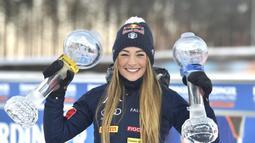 Atlet Biathlon asal Itali, Dorothea Wierer menunjukkan piala dalam perlombaan Piala Dunia IBU Biathlon di Kontiolahti, Finlandia, Sabtu (14/3/2020). (Foto: AFP/Jussi Nukari)
