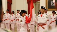 Paskibraka Nasional 2017 mencium bendera merah putih saat pengukuhan di Istana Negara, Jakarta, Selasa (15/8). Sebelum dilantik, 68 Paskibraka dari 34 provinsi di Indonesia ini menjalani pendidikan dan pelatihan di PP PON. (Liputan6.com/Angga Yuniar)