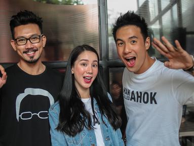 Pemain 'A Man Called Ahok', Denny Sumargo, Jill Gladys, Daniel Mananta berpose bersama  saat promo film terbarunya di Gedung KLY Gondangdia, Jakarta, Selasa (30/10). Film 'A Man Called Ahok' disutradarai oleh Putrama Tuta. (Liputan6.com/Faizal Fanani)