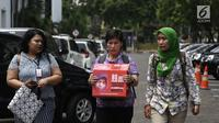 Koalisi Save Ibu Nuril mendatangi Kantor Staf Presiden (KSP) di Jakarta, Senin (19/11). Mereka meminta Presiden Joko Widodo memberi amnesti kepada Baiq Nuril pascaputusan Mahkamah Agung (MA). (Liputan6.com/Herman Zakharia)