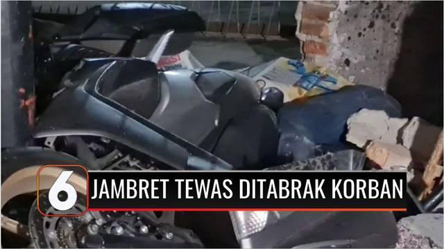Dua penjambret ponsel milik pengemudi taksi online, tewas usai ditabrak korbannya yang mengejarnya di Jalan Abdulah Safei, Tebet, Jakarta Selatan, dini hari tadi. Kedua pelaku tewas setelah sepeda motor yang ditumpanginya, menabrak tiang listrik dan ...