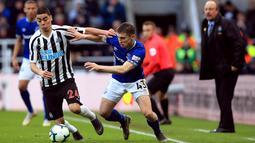 Pemain Newcastle United Miguel Almiron (kiri) berebut bola dengan pemain Everton Jonjoe Kenny dalam lanjutan Liga Inggris pekan ke-30 di St James 'Park, Newcastle, Sabtu (9/3). Newcastle melibas Everton lewat comeback gemilang. (Owen Humphreys/PA via AP)