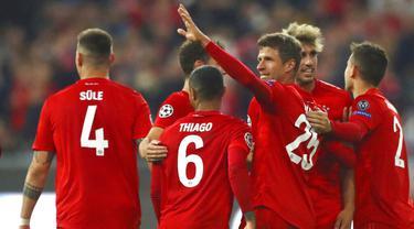 Para pemain Bayern Munchen merayakan gol yang dicetak oleh Thomas Mueller ke gawang Red Star Belgrade pada laga Liga Champions di Red Star Belgrade, Rabu (18/9/2019). Bayern Munchen menang 3-0. (AP/Matthias Schrader)