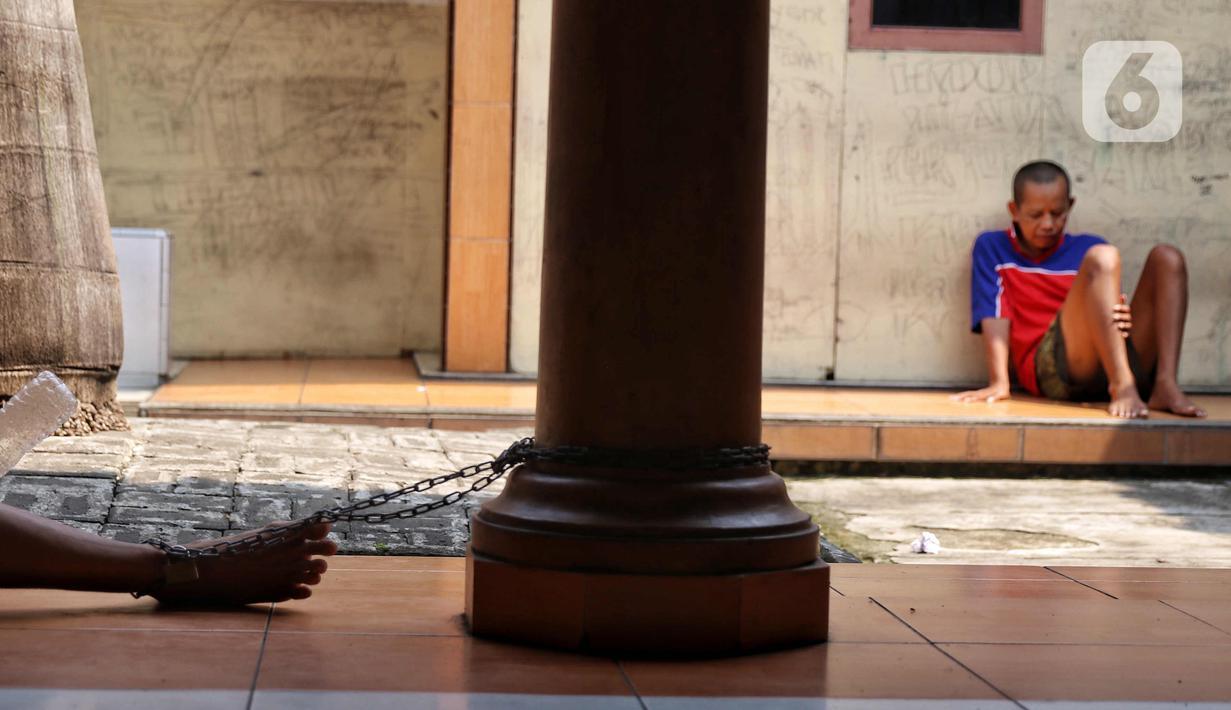 Suasana Pondok Pesantren Daarut Tasbih di Pasar Kemis, Kabupaten Tangerang, Senin (19/4/2021). Saat adzan dzuhur berkumandang, puluhan santri istimewa (sebutan pasien dengan gangguan jiwa) bergegas mengenakan sarung untuk sholat berjemaah yang diimami oleh  KH Rafiudin. (Liputan6.com/Angga Yuniar)