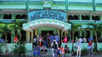 Sejumlah wali murid menunggu antrian pendaftaran di kantor Disdik DKI, Jakarta, kamis (16/6). Mereka berdatangan untuk mengurus kesalahan entri data yang digunakan untuk pendaftaran SMA. (Liputan6.com/Yoppy Renato)