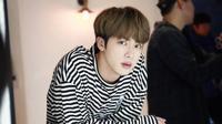 Anggota tertua BTS, Kim Seok-jin adalah salah satu anggota yang punya visual tampan dan proporsi tubuh yang tinggi. 6 tahun berkarier bersama 6 anggota lainnya di BTS, Jin menepati posisi sebagai vokalis. (Liputan6/Twitter/@BTS_official)