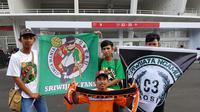 Suporter Sriwijaya FC menumpang truk dari Palembang demi menonton Piala Presiden 2018. (Bola.com/Zulfirdaus Harahap)