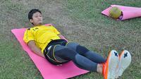 Arif Suyono menjalani terapi untuk memulihkan cedera hamstring. (Bola.com/Kevin Setiawan)