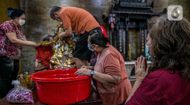 FOTO: Ritual Mencuci Patung Dewa Jelang Tahun Baru Imlek