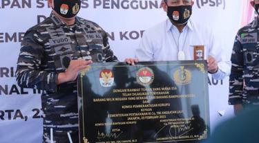 Ketua KPK Firli Bahuri menyerahkan langsung aset berupa tanah serta bangunan di atasnya kepada TNI Angkatan Laut (AL) melalui Kementerian Pertahanan. (Dok: KPK)