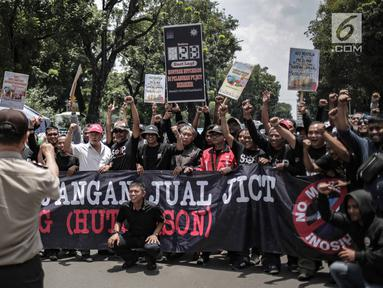 Pekerja Jakarta International Container Terminal (SP JICT) dan Pelabuhan Indonesia melakukan aksi di depan Kementerian BUMN, Jakarta, Rabu (27/2). Dalam aksinya mereka mencoba menerobos pagar Gedung BUMN. (Liputan6.com/Faizal Fanani)