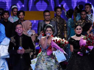 Weni (tengah) menyanyikan lagu kemenangan usai dinobatkan menjadi juara D'Academy Asia 2 di Studio 5 Indosiar, Jakarta, Kamis (29/12). Weni berhasil unggul atas dua finalis lainnya, Rani dan Irsya ditempat ketiga. (Liputan6.com/Helmi Fithriansyah)