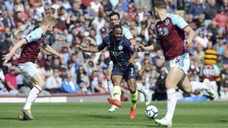 Striker Manchester City, Raheem Sterling, menendang bola saat melawan Burnley pada laga Premier League di Stadion Turf Moor, Minggu (28/4). Manchester City menang 1-0 atas Burnley. (AP/Rui Vieira)
