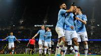 Pemain Manchester City Gabriel Jesus (kanan kedua) merayakan dengan rekan setimnya setelah mencetak gol ke gawang Everton pada pertandingan lanjutan Liga Inggris di Etihad Stadium, Manchester, Inggris, Rabu (1/1/2020). Dua gol Gabriel Jesus membawa Manchester City menang 2-1. (AP Photo/Rui Vieira)