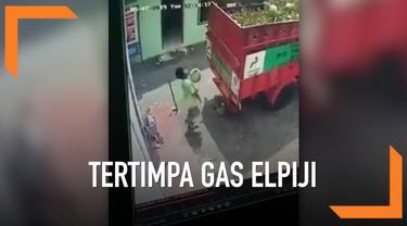 Seorang pria pingsan akibat tertimpa gas elpiji. Kejadian ini terjadi padahal akibat ulahnya sendiri. Ia melemparkan gas pada truk yang malah berbalik pada dirinya sendiri.