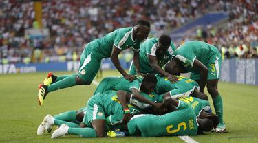 Para pemain Senegal merayakan gol yang dicetak oleh Mbaye Niang ke gawang Polandia pada laga Piala Dunia di Stadion Spartak, Selasa (19/6/2018). Senegal menang 2-1 atas Polandia. (AP/Eduardo Verdugo)