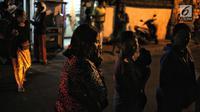 Warga berhamburan keluar rumah saat gempaberkekuatan 7 SR di Lombok dirasakan di kawasan Nusa Dua Bali, Minggu (5/8). Badan Meteorologi, Klimatologi, dan Geofisika (BMKG) menyatakan, gempa berpotensi menimbulkan tsunami. (Liputan6.com/Faizal Fanani)