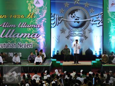 Presiden Jokowi (tengah) memberikan sambutan saat mengikuti Istighosah Nahdlatul Ulama (NU) di Masjid Istiqlal, Jakarta, Minggu (14/6). Istighosah tersebut diadakan untuk menyambut bulan Ramadan 1436 H. (Liputan6.com/Helmi Afandi)