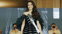 Gaun yang terinspirasi dari bunga Anggrek hitam ini menjadi salah satu gaun yang akan dikenakan Ayu Maulida pada ajang Miss Universe 2020. Penampilan dara 23 tahun ini dengan gaun untuk ajang Miss Universe 2020 pun jadi sorotan netizen. (Liputan6.com/IG/@ayumaulida97)