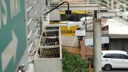 Kamera CCTV pemantau arus lalu lintas terpasang di JPO kawasan Cawang, Jakarta Timur, Kamis (10/10/2019). Pemprov DKI Jakarta akan membantu pengadaan kamera tilang elektronik atau Electronic Traffic Law Enforcement (E-TLE) pada akhir 2019. (Liputan6.com/Immanuel Antonius)