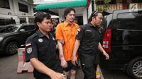 Anak musisi Ahmad Albar, Ozzy Albar dibawa petugas kepolisian seusai rilis kasus Narkoba di Polda Metro Jaya, Jakarta, Kamis (13/9). Ozzy ditangkap di sebuah ATM di Jalan Wolter Monginsidi dengan barang bukti ganja 2,66 gram. (Liputan6.com/Faizal Fanani)