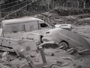 Sejumlah mobil rusak dan tertimbun abu usai terjadi letusan gunung berapi Fuego di San Miguel Los Lotes, Guatemala (4/6). Sebuah desa Escuintla dipenuhi abu setelah terjadi letusan gunung berapi Fuego. (AFP/Johan Ordonez)