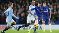 Gelandang Chelsea, Eden Hazard mengontrol bola dari kawalan pemain Manchester City, David Silva dan Fernandinho selama pertandingan lanjutan Liga Premier Inggris di Stamford Bridge di London (8/12). Chelsea menang 2-0 atas City. (AP Photo/Tim Ireland)