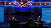 Wakil Presiden Mike Pence mendengarkan saat penantangnya, Senator Kamala Harris dari Partai Demokrat mengemukakan pendapat selama Debat cawapres Amerika Serikat di Kingsbury Hall, Universitas Utah di Salt Lake City, Rabu (7/10/2020).  (AP Photo/Patrick Semansky)