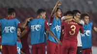 Pelatih Timnas Indonesia, Indra Sjafri, memeluk Asnawi Mangkualam usai mengalahkan UEA pada laga AFC U-19 Championship di SUGBK, Jakarta, Selasa (24/10). Indonesia menang 1-0 atas UEA. (Bola.com/Vitalis Yogi Trisna)