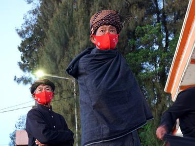 Sejumlah warga Suku Tengger, yang memeluk Buddha Jawa Sanyata, menghadiri upacara perayaan Hari Raya Trisuci Waisak 2565 di Vihara Paramitta, Desa Ngadas, Poncokusumo, Malang, Jawa Timur, pada Rabu (26/5/2021) malam waktu setempat. (merdeka.com/Nanda F. Ibrahim)